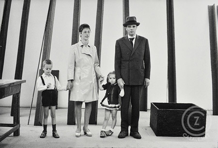 mm70_robert_lebeck_joseph_beuys_familie_documenta_monday_morning_cazale_photo_editionen